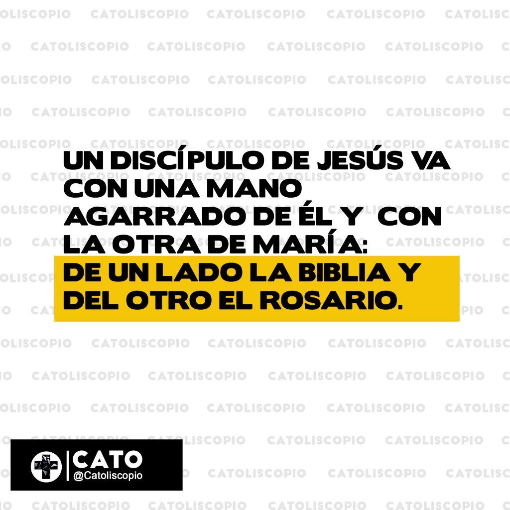 de un lado la biblia y dle otro el rosario