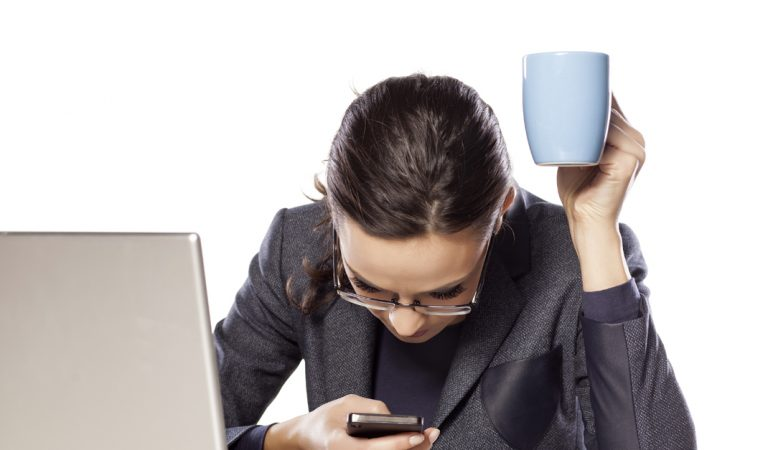 Usar mucho el móvil puede generar graves problemas de salud