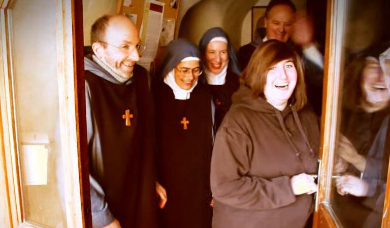 Ser feliz es bastante sencillo a juzgar por estos divertidos monjes