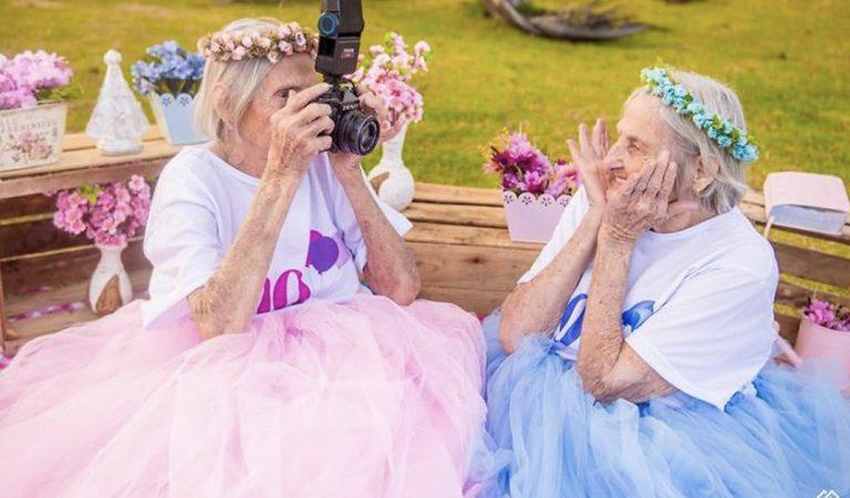 Gemelas celebran su cumpleaños 100 con una fantástica Sesión de fotos