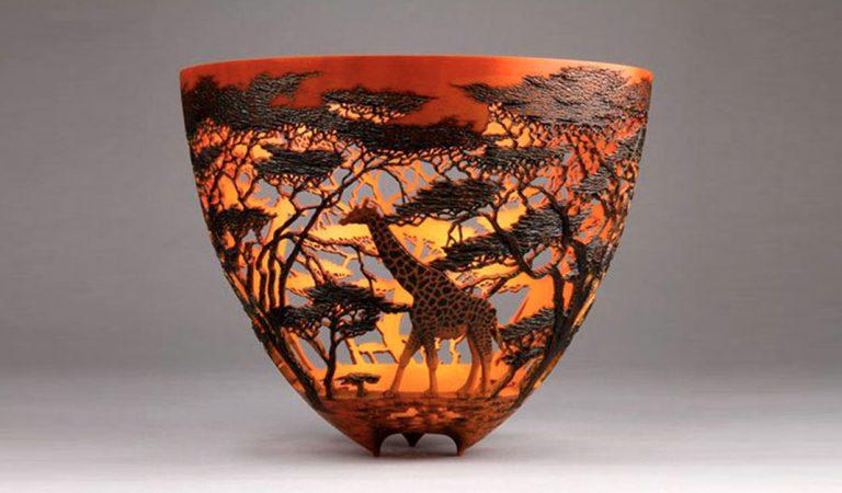 Artista keniano esculpe impresionantes paisajes de África en vasijas de madera