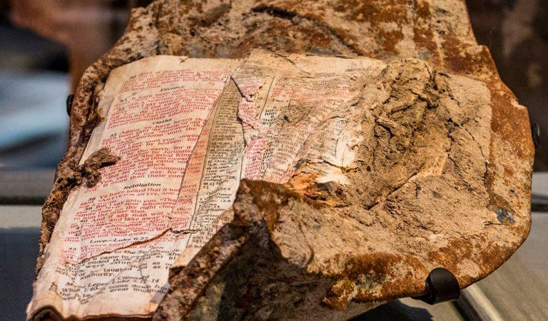 Fue descubierto en el 11S un fragmento de la Biblia fundido en Acero
