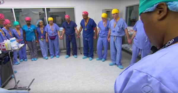 ¡Impresionante! Doctores se unen en oración por sus pacientes